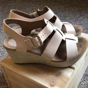 EUC Clark's platform sandals nude 7M